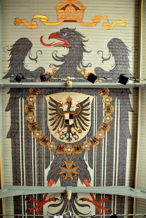Der riesiger Reichsadler in der Aula ist das FG-Wappentier.     Foto: Schule