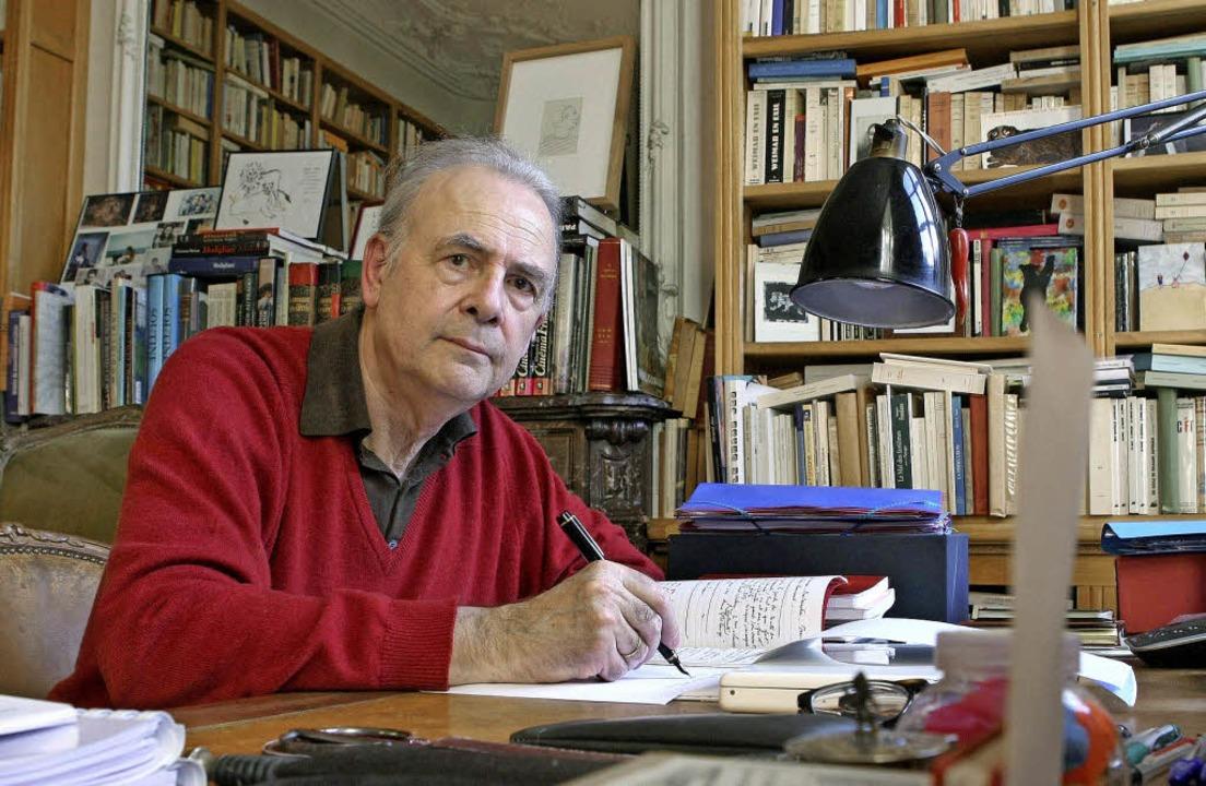 Schreiben als Vergangenheitsbewältigun...diano an seinem Schreibtisch in Paris   | Foto: dpa
