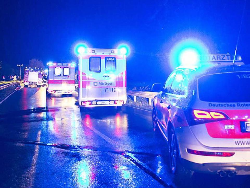 Mit einem großen Personalaufgebot sind... der Unfallstelle bei Ebringen geeilt.  | Foto: Patrick Seeger