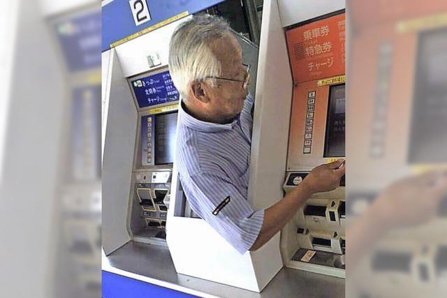 Auf Japans Bahnhöfen arbeiten Menschen in Ticketautomaten