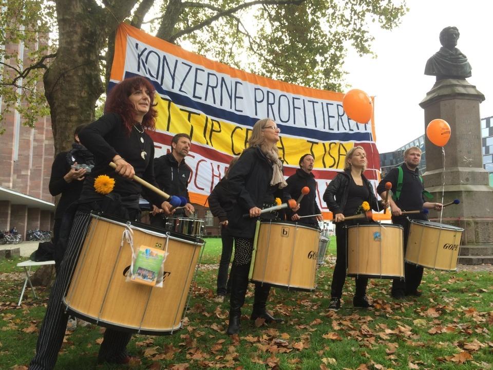 Gegner des Freihandelsabkommens TTIP trommeln zum Widerstand.  | Foto: Simone Höhl
