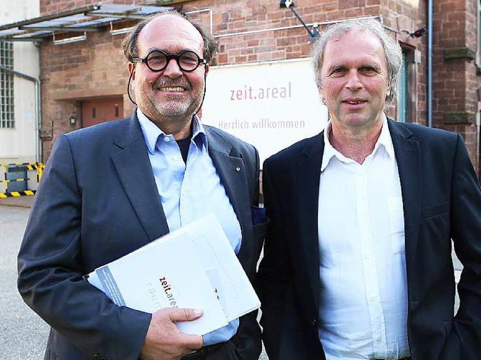 Eckehard Ficht (links) kümmert sich um...th-Händle. Mit dabei ist Uwe Baumann.     Foto: chr. breithaupt