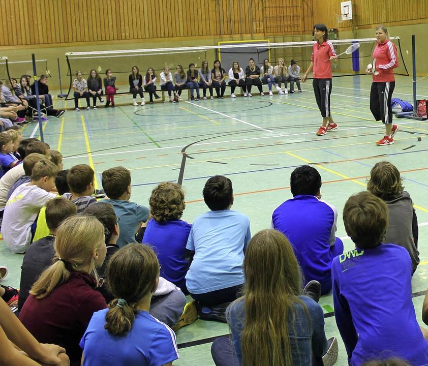 Besonderer Sportunterricht  für die Sc...deren Doppelpartnerin Charmaine Reid.   | Foto: Albert Greiner