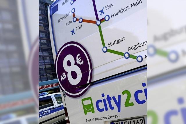Auf den Bahnsteigen der Busbahnhöfe wird es eng