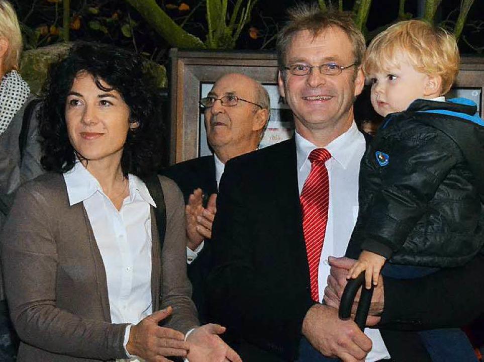 Bürgermeister in Pfaffenweiler bleibt ...sgefährtin Sibylle Hug und Sohn Jakob.  | Foto: Kathrin Blum