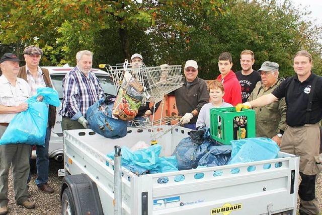 Die Fischer angeln sich einen Anhänger voll Müll