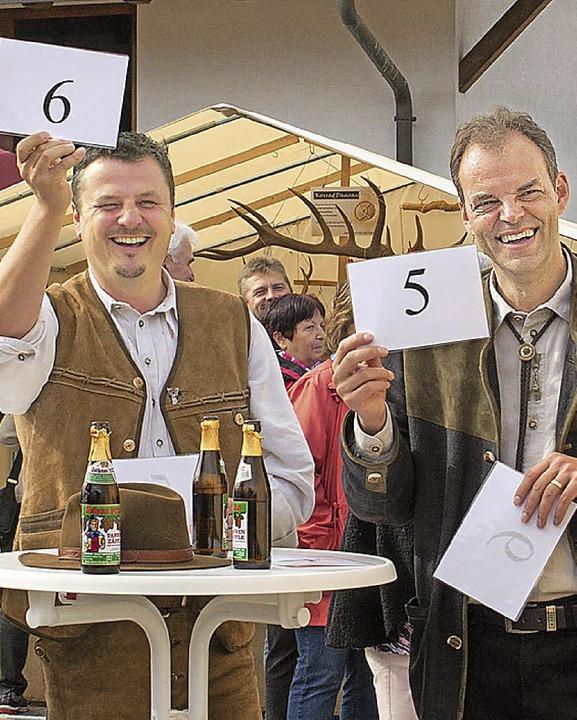 Adrian Schmidle (links), Stefan Dorfme...spätere Sieger, setzt zu einem Ruf an.    Foto: Barbara Weber, Barbara Weber