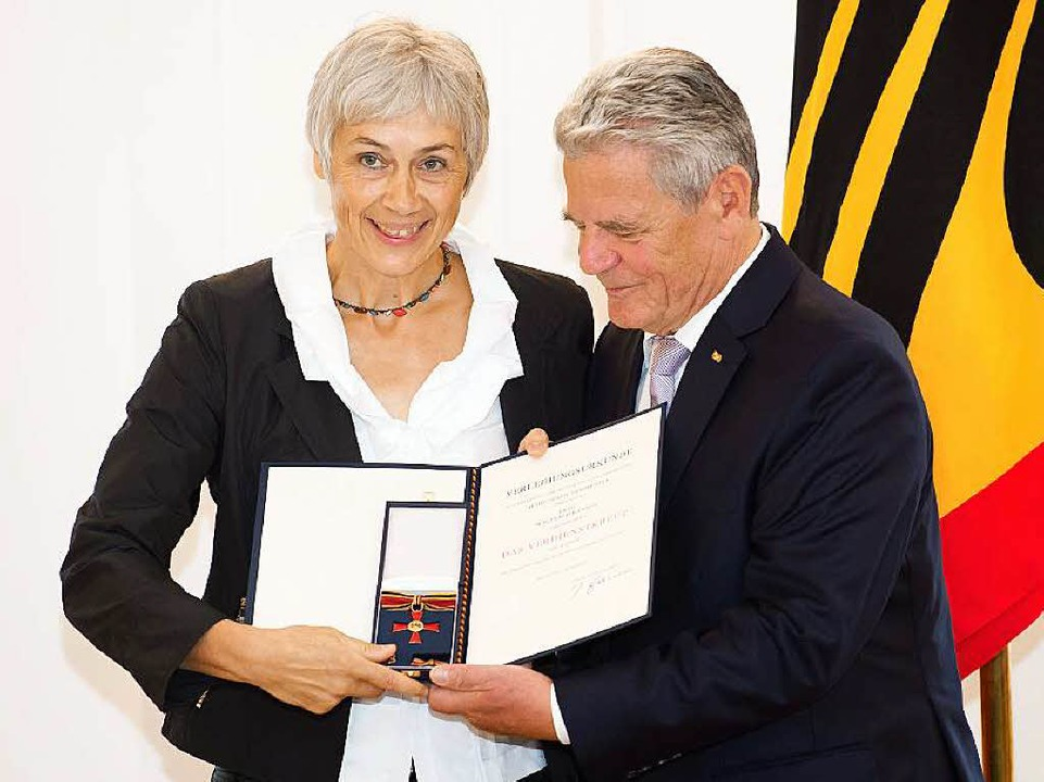 Waltraud Kannen mit dem Bundespräsidenten Joachim Gauck   | Foto: dpa