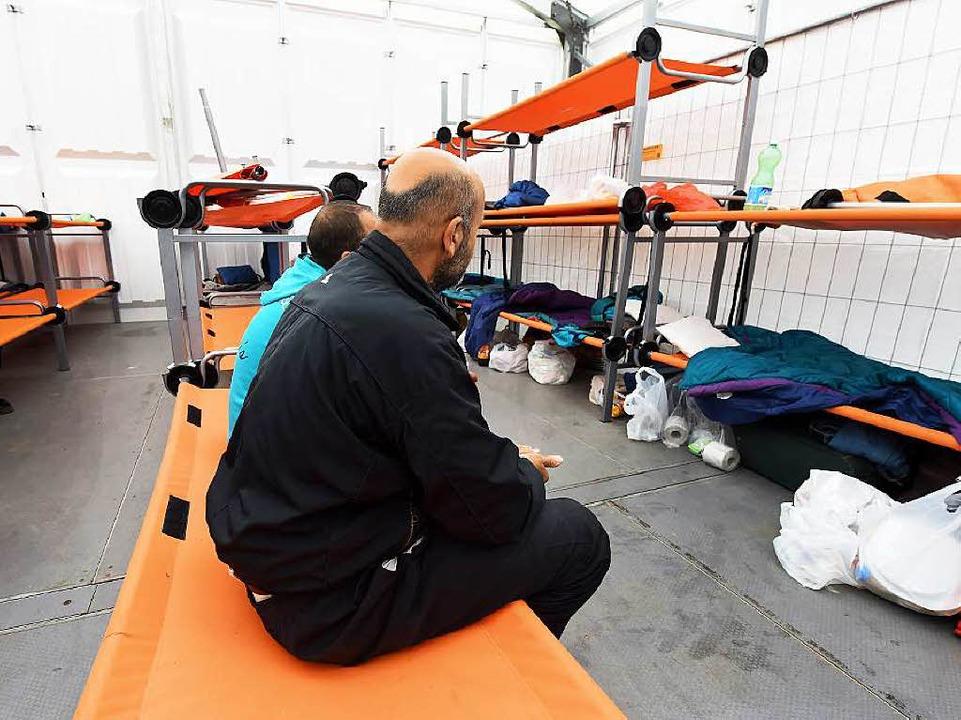 Auf einem ehemaligen Militärgelände in...inge in einer Zelthalle untergebracht.  | Foto: dpa