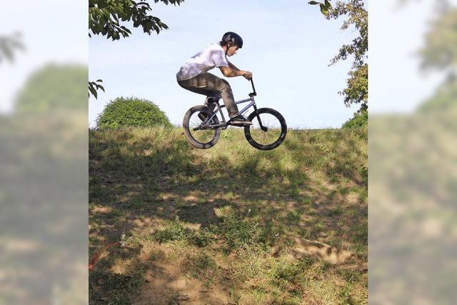 Mit dem BMX-Rad über einen spektakulären Parcours