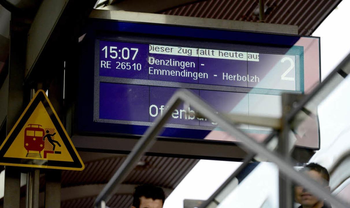 … auch im Nahverkehr fahren eini...-Bahn hingegen werden nicht bestreikt.  | Foto: Ingo Schneider