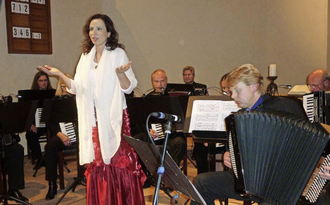 Sopranistin Wiltrud Weber und Dirigent...hts) trumpften in der Bergkirche auf.   | Foto: Karlernst Lauffer