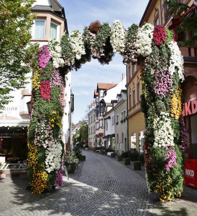 Stets ein Hingucker: das Chrysanthementor in der Schlossergasse  | Foto: CHR. BREITHAUPT