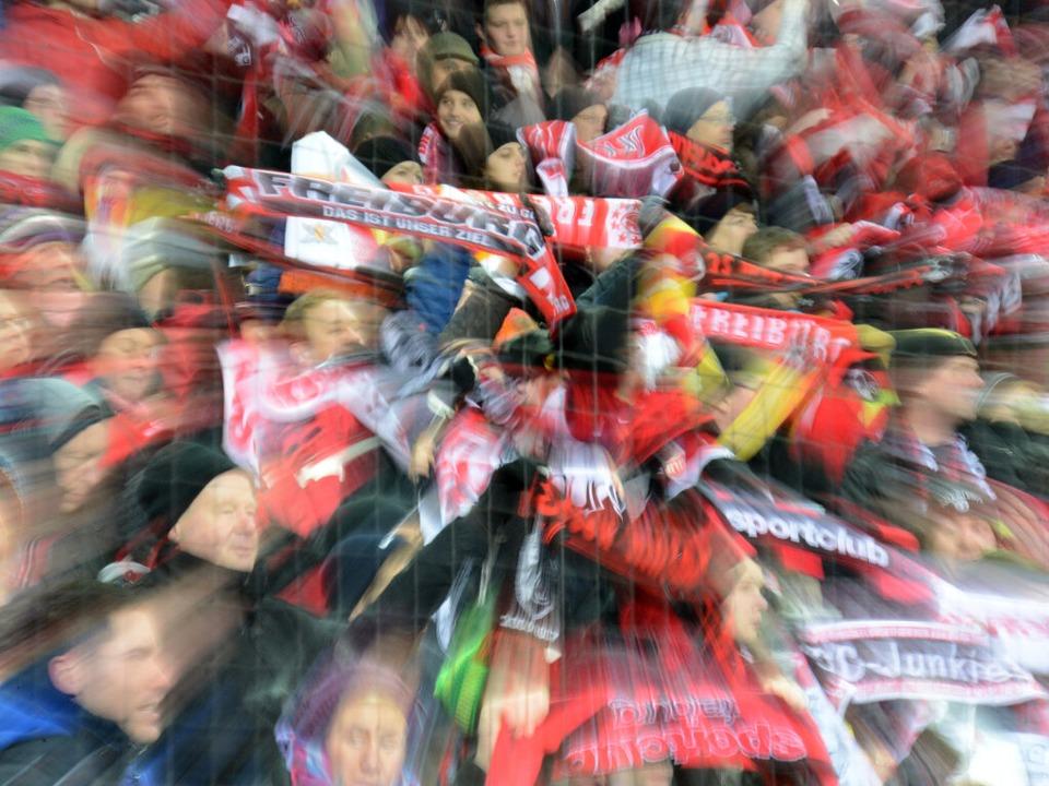 Für die Fans ist ein Stadion mehr als ...ues Zuhause für den SC mitfinanzieren?    Foto: dpa