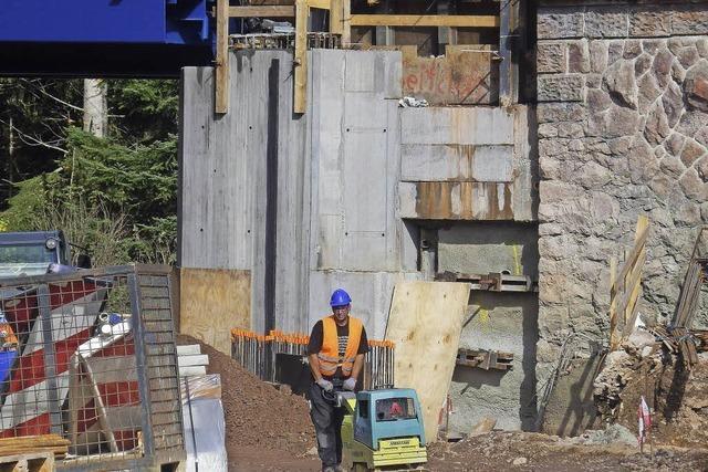 Unmut über triste graue Betonmauer
