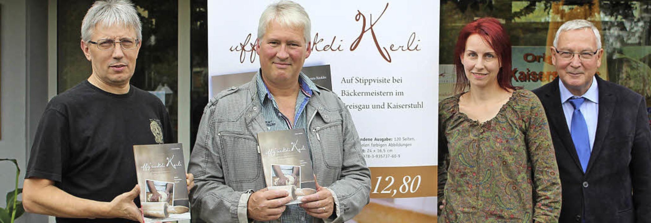 Bei der Buchpräsentation in Bötzingen,...nd dem Verleger Ernst Lavori (rechts).  | Foto: Mario Schöneberg