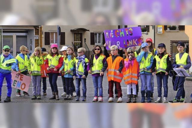Schulkinder gehen auf die Straße