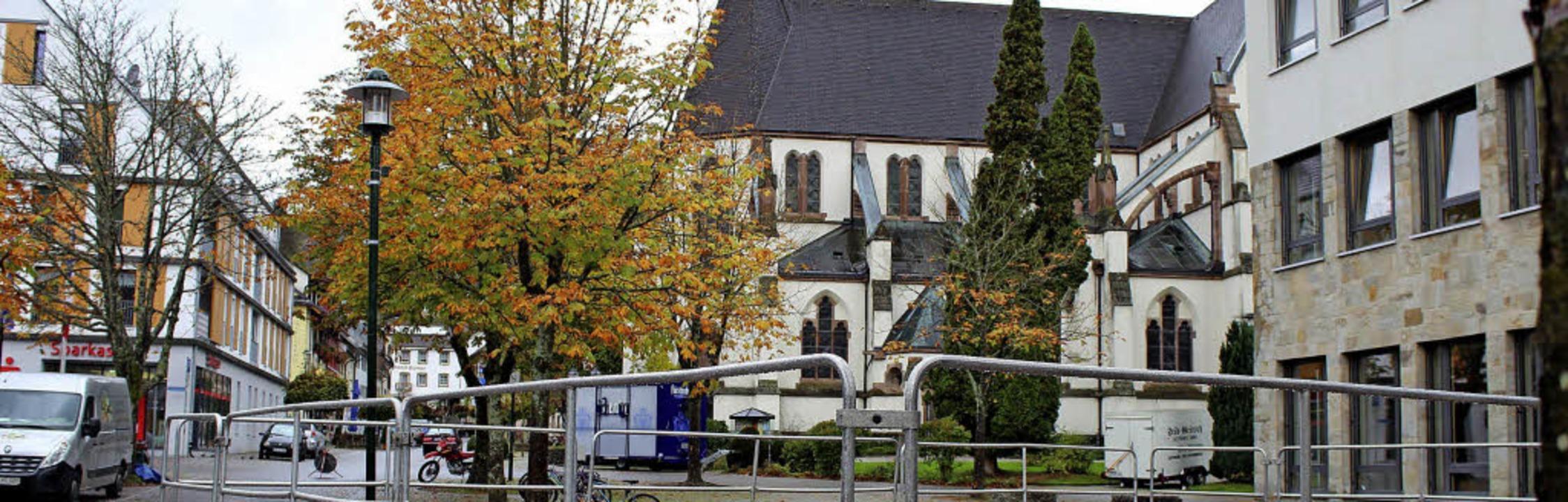 Vor dem Gymnasium (rechts) wird sich Jogi Löw auf einer Bühne zeigen.   | Foto: Jacob