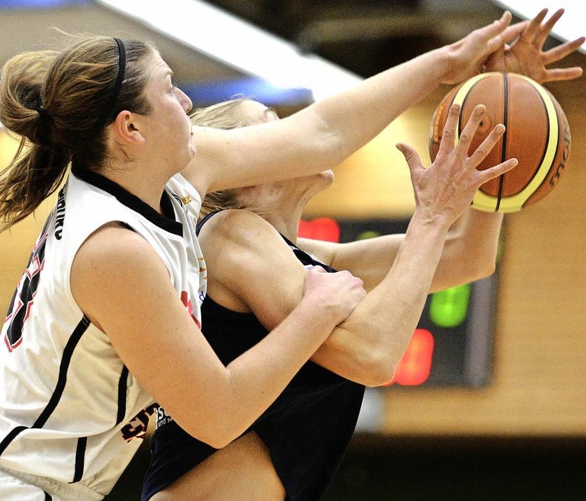 USC-Spielerin Kacie Sowell (weißes Tri...ationalspielerin Lisa  Koop am Wurf.      Foto: Patrick Seeger
