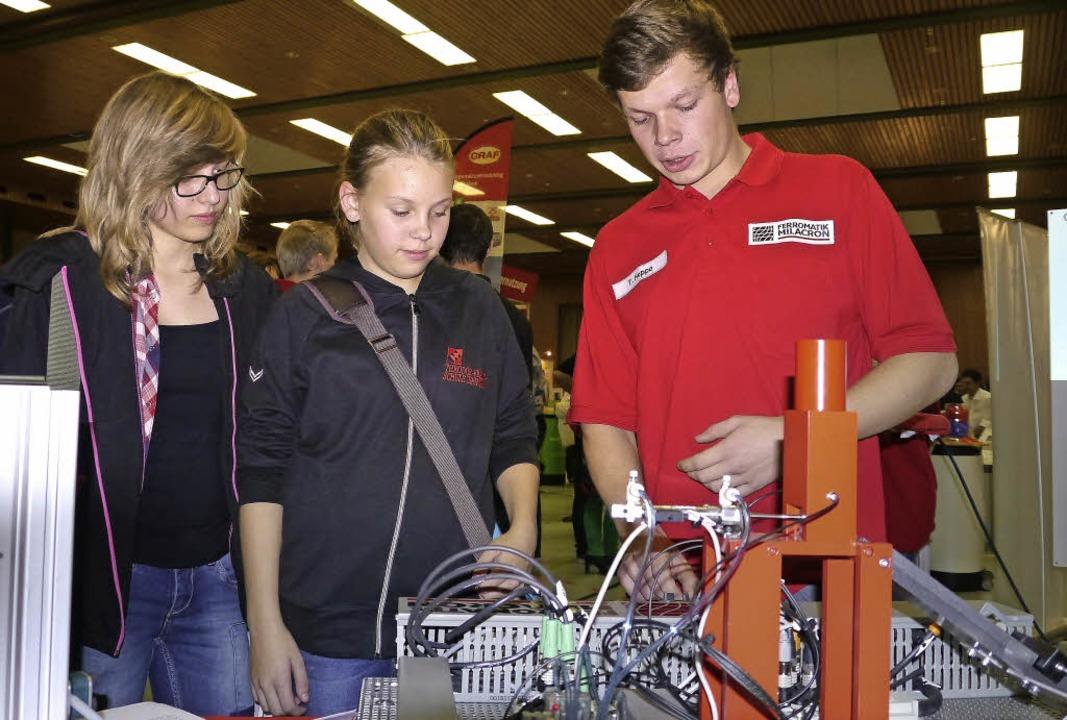 Für den Beruf des Mechatronikers inter...acron erklärte die Ausbildungsinhalte.  | Foto: Christel Hülter-hassler