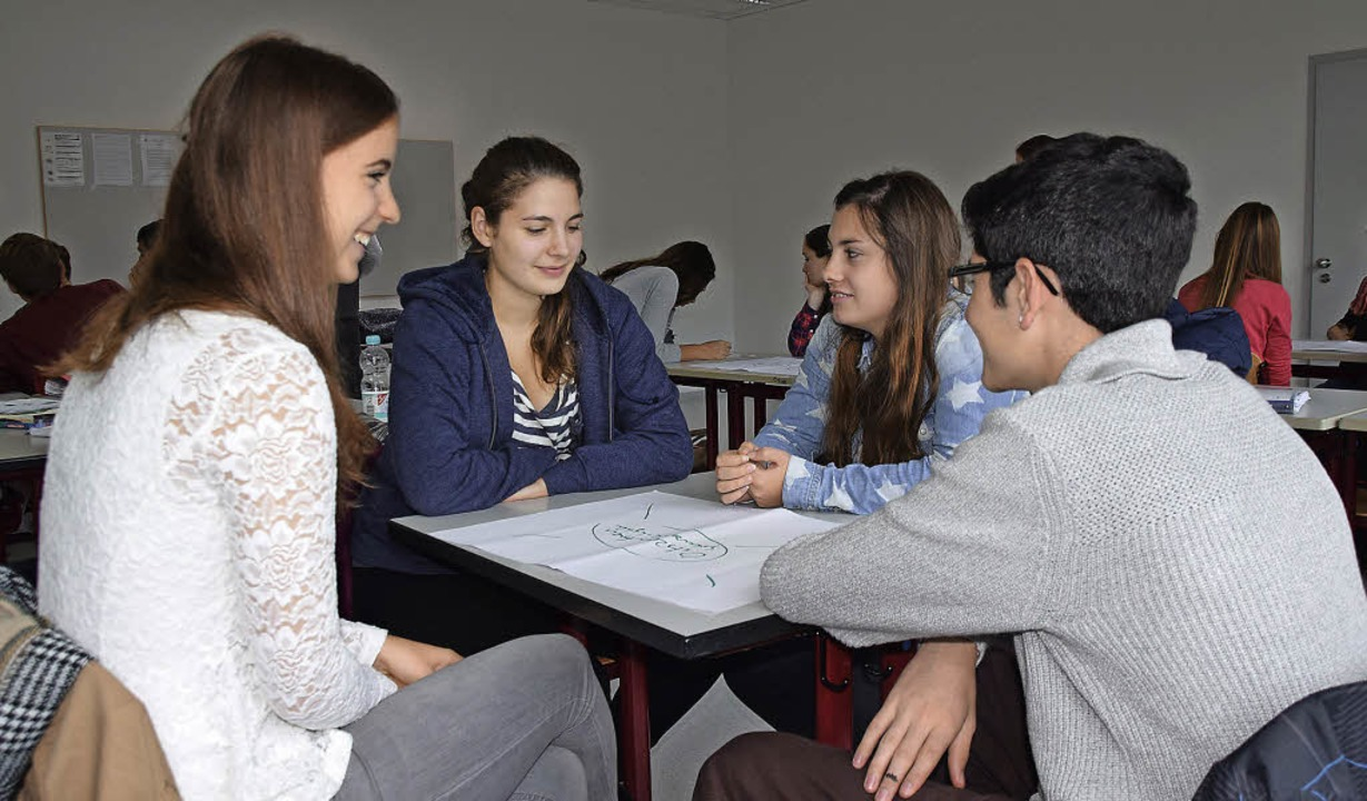 Schülerinnen des Lise-Meitner-Gymnasiu...dliche und die Bürgermeisterwahl vor.   | Foto: Sarah Nöltner