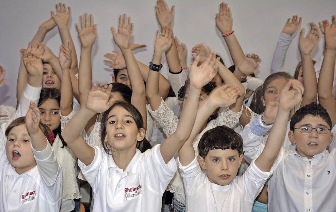 """""""Ein Hoch auf uns"""" sang zu...s der Einweihungsfeier der Schulchor.     Foto: Lauber"""