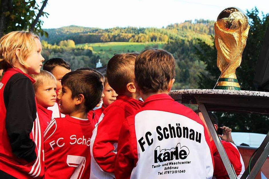 Junge Kicker des FC Schönau bestaunen den WM-Pokal (Foto: Hermann Jacob)