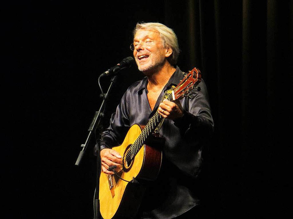 Ein Stück Musik von Hand gemacht: Reinhard Mey bei seinem Auftritt in Freiburg.  | Foto: Anselm Bußhoff