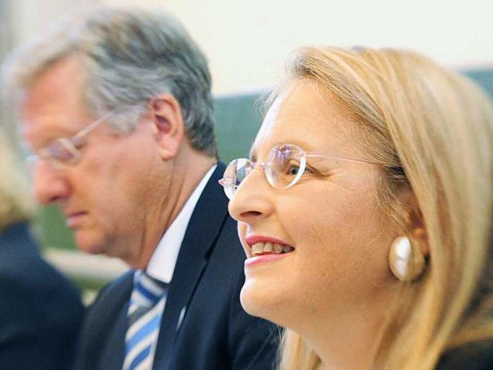 Rektor Hans-Jochen Schwiewer der Alber...niversität Freiburg und Letizia Paoli.  | Foto: dpa