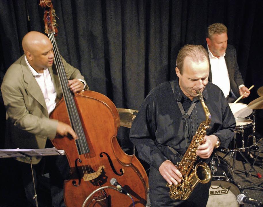 Der Altsaxophonist George Robert spiel...hlagzeuger Jeff Hamilton im Jazztone.     Foto: Mink