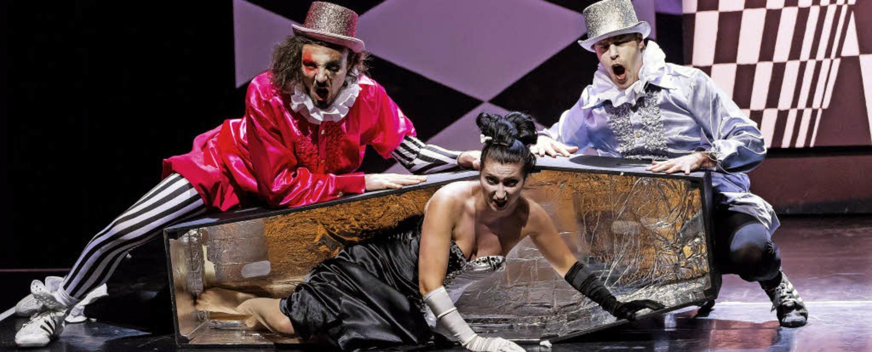 Oper: Drei Rätsel. Michael MacKinnon (..., Ljiljana Winkler (Frau Knochen) v.l.    Foto: Sebastian Düsenberg