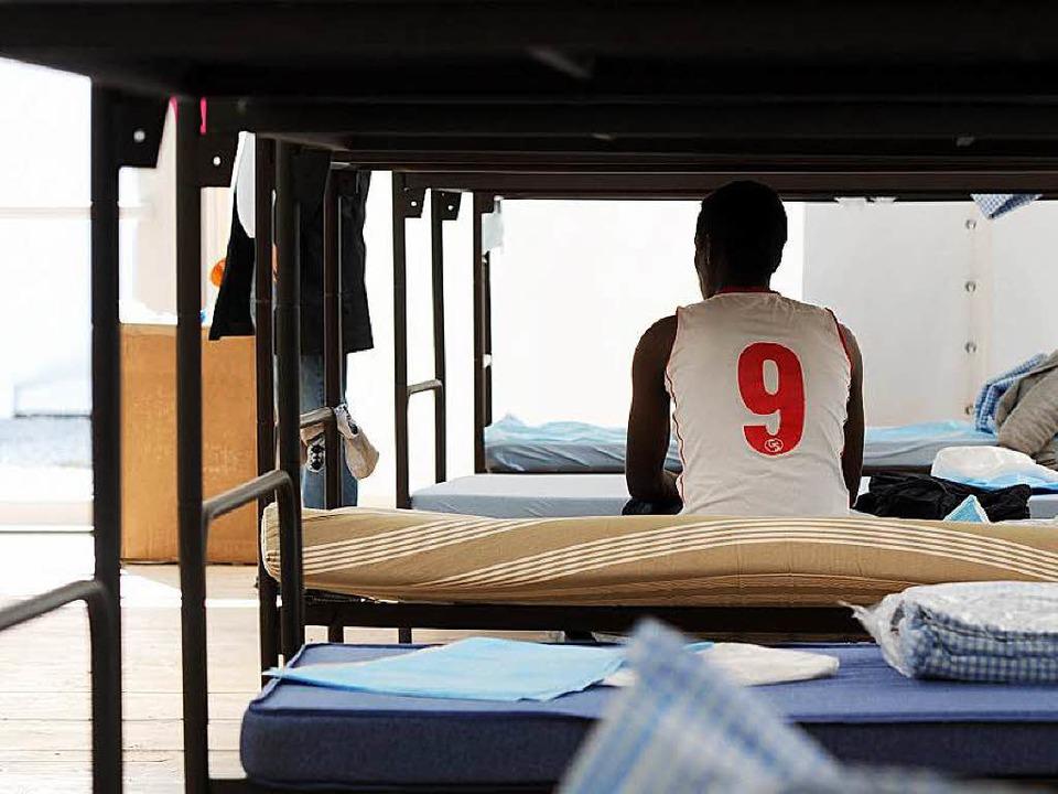 Ein Flüchtling in einem Unterkunftszel...belegen sie demnächst die Sporthalle.   | Foto: dpa