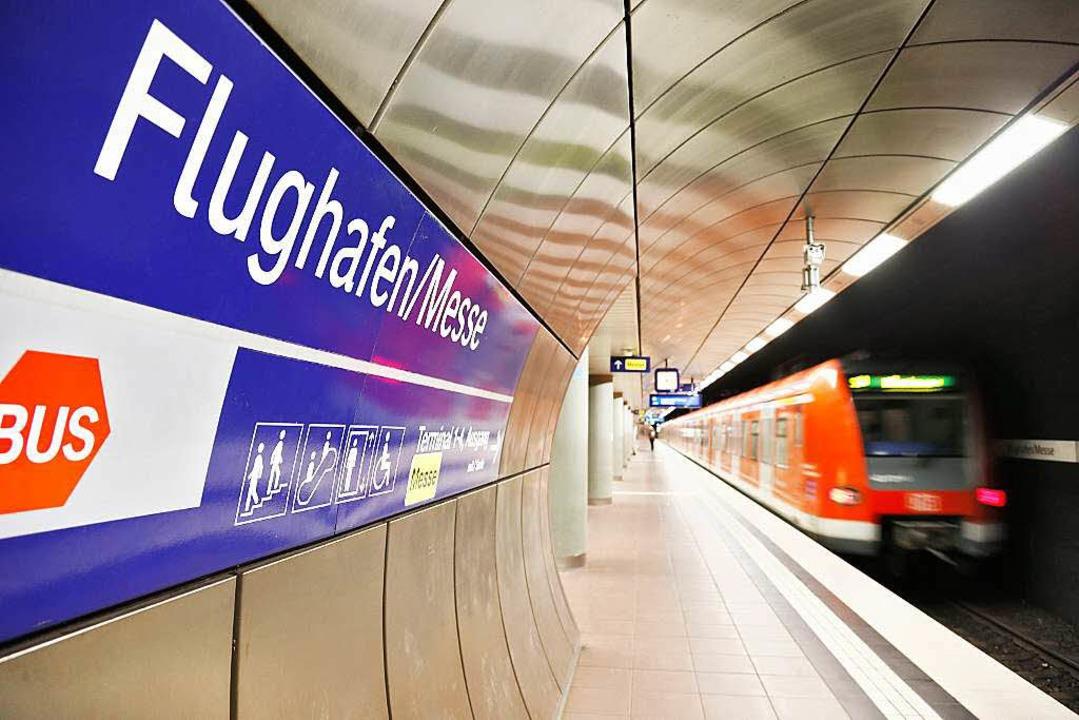 Der vorhandene S-Bahnhof am Landesflug...nen vor pannenanfälligem Mischverkehr.  | Foto: dpa