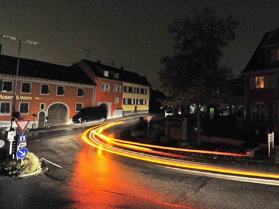 Dunkle Straßen und dunkle Fenster: Bah... des Stromausfalls am Montagabend. und  | Foto: Zimmermann