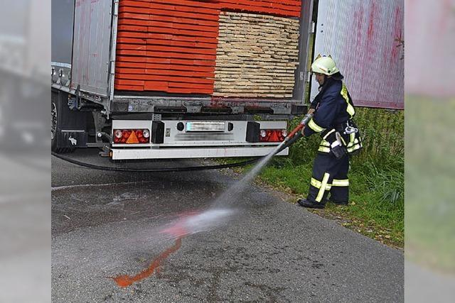 Lastwagen verliert Lauge