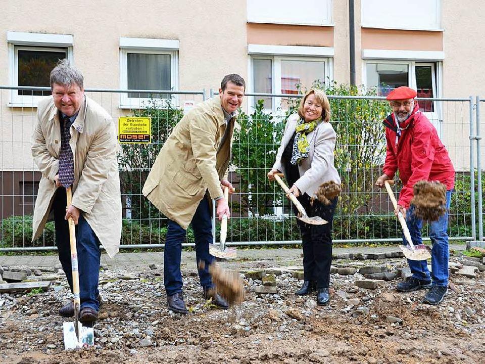 Beim Spatenstich (von links): Oberbürg...tschaft sowie Architekt Jürgen Nassall  | Foto: Nikola Vogt