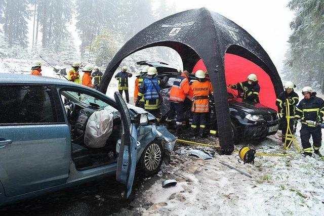 Unfall wegen Schnee: Feuerwehr befreit Schwerverletzte