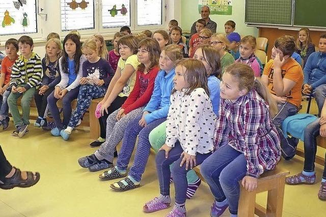 Kinder tauchen in die Bücherwelt ein