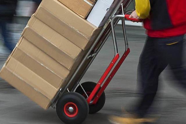 Paketzusteller lässt Schlüssel stecken – Fahrzeug weg