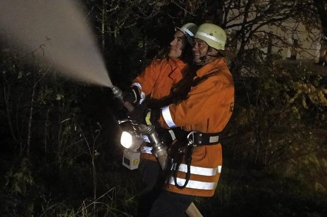 Rettungskräfte arbeiten zusammen