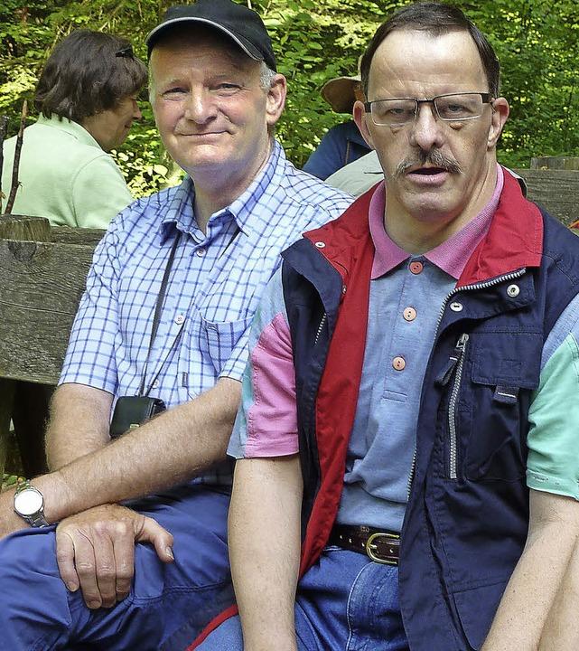 Peter Ehrlich (links) bei einer Wander...ihm in der Werkstatt zusammenarbeitet   | Foto: ZVG
