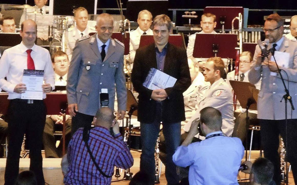Dirigent Ralf Eckert (dunkle Jacke) ni...ickenbacher Jugendorchesters entgegen.  | Foto: privat