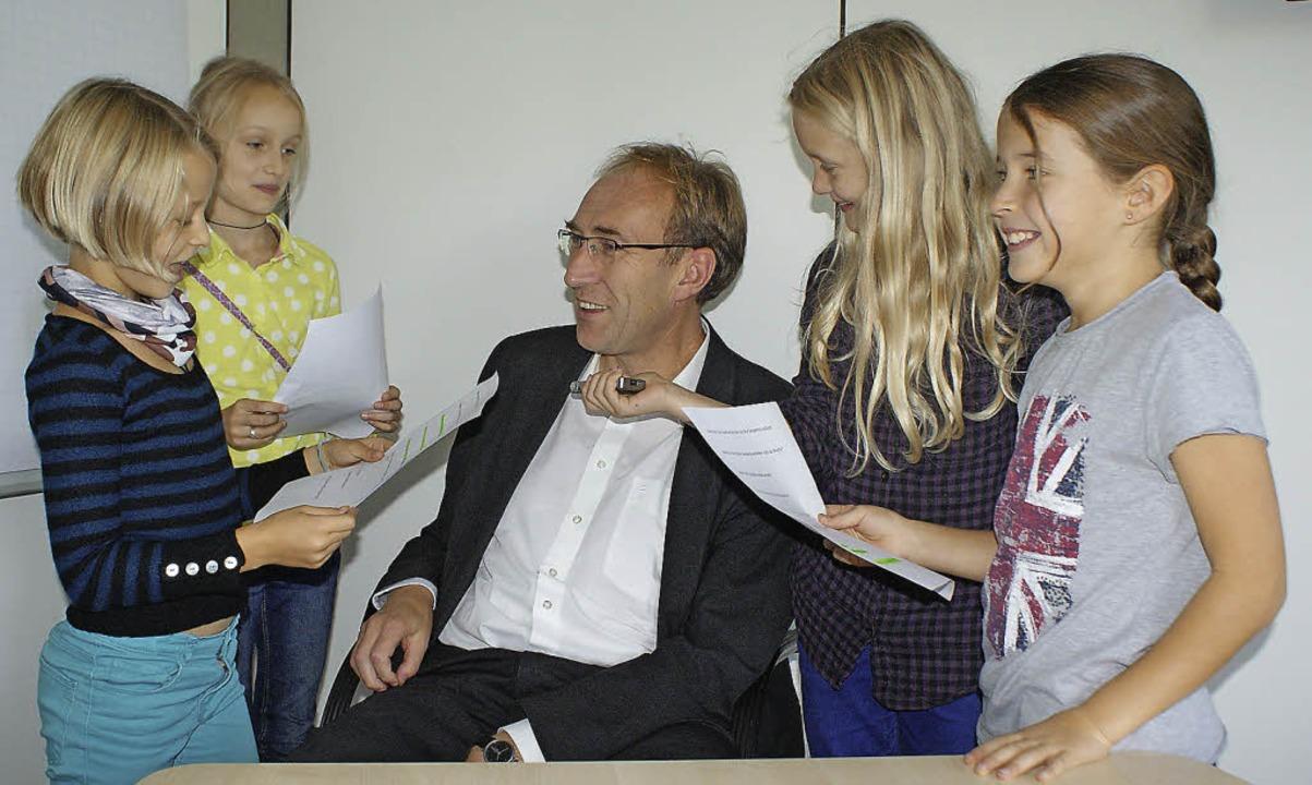 Die Kinderreporterinnen Mara Kaier, Ka...eiburgs Baubürgermeister Martin Haag.   | Foto: Manuela Müller