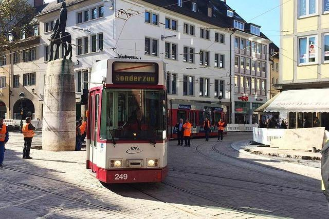 Erste Straßenbahn fährt über den Bertoldsbrunnen