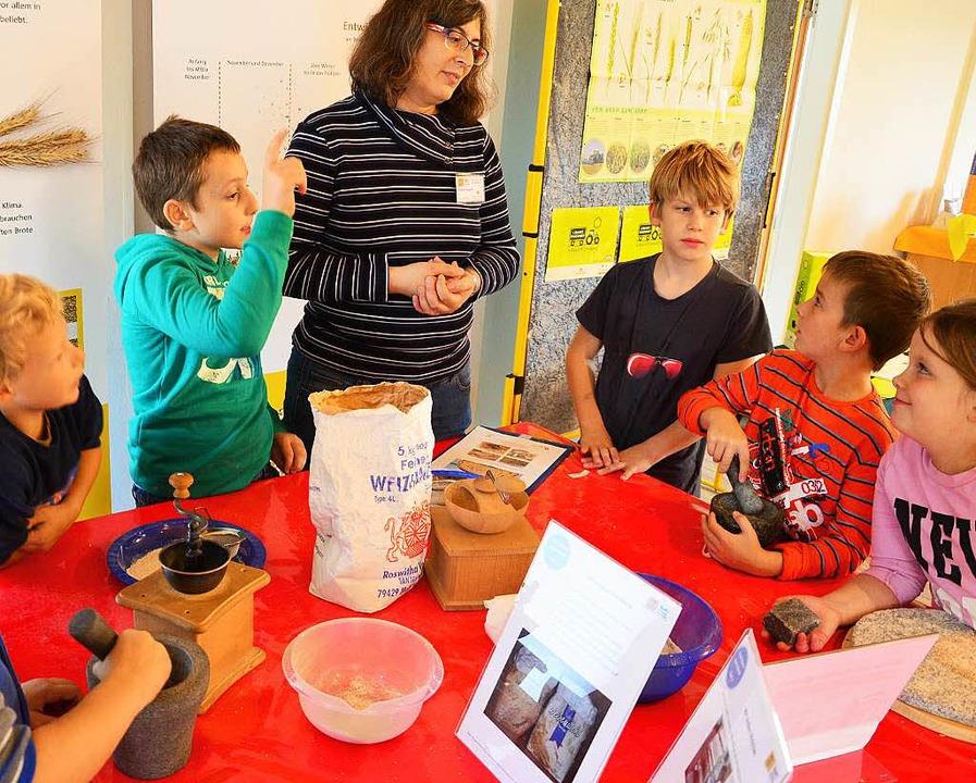 Vom Korn zum Brot: Drittklässler der Hans Thoma Schule und Lehramtsanwärterinnen    Foto: Martina Proprenter