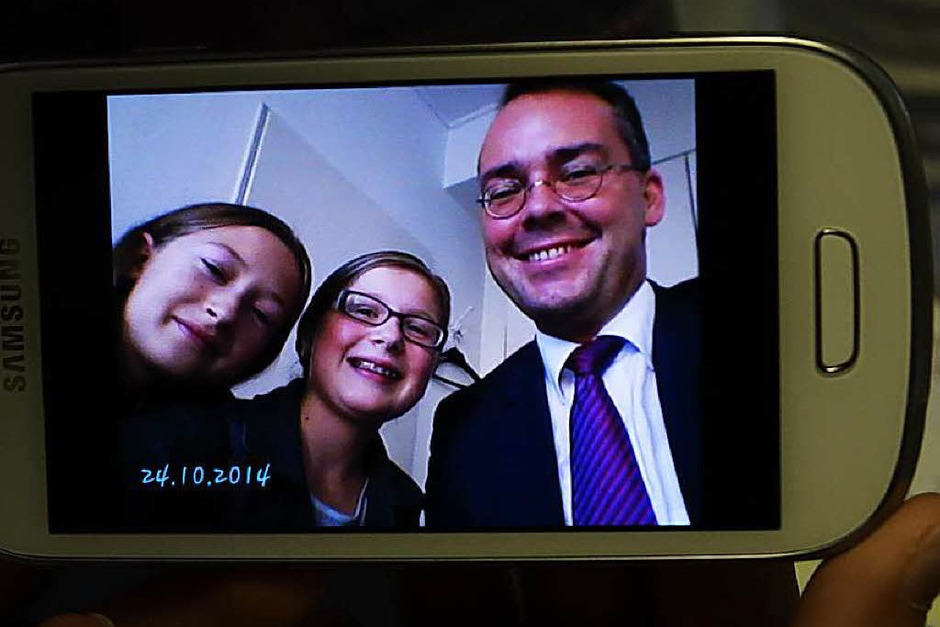 Selfie mit Minister: BZ-Kinderreporter Lara Ochs und Lara Press-Lohrmann mit Minister Friedrich in der BZ (von links) (Foto: REISER)