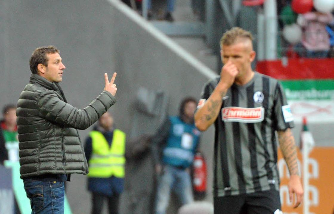 Augsburg hat zwei, der SC null. Dementsprechend bedient ist Jonathan Schmid.  | Foto: dpa