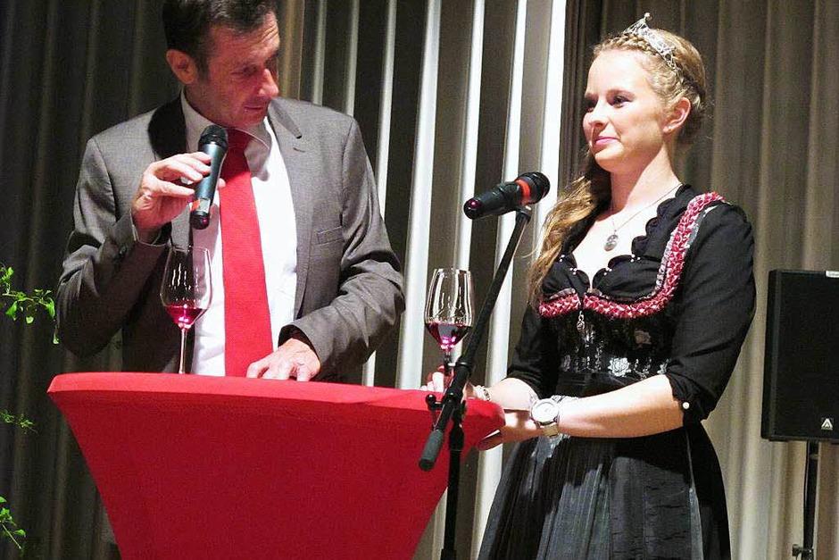 Bürgermeister Christoph Hoffmann und die Markgräfler Weinprinzessin Melissa Fünfgeld eröffnen die  Rotweinnacht. (Foto: Jutta Schütz)