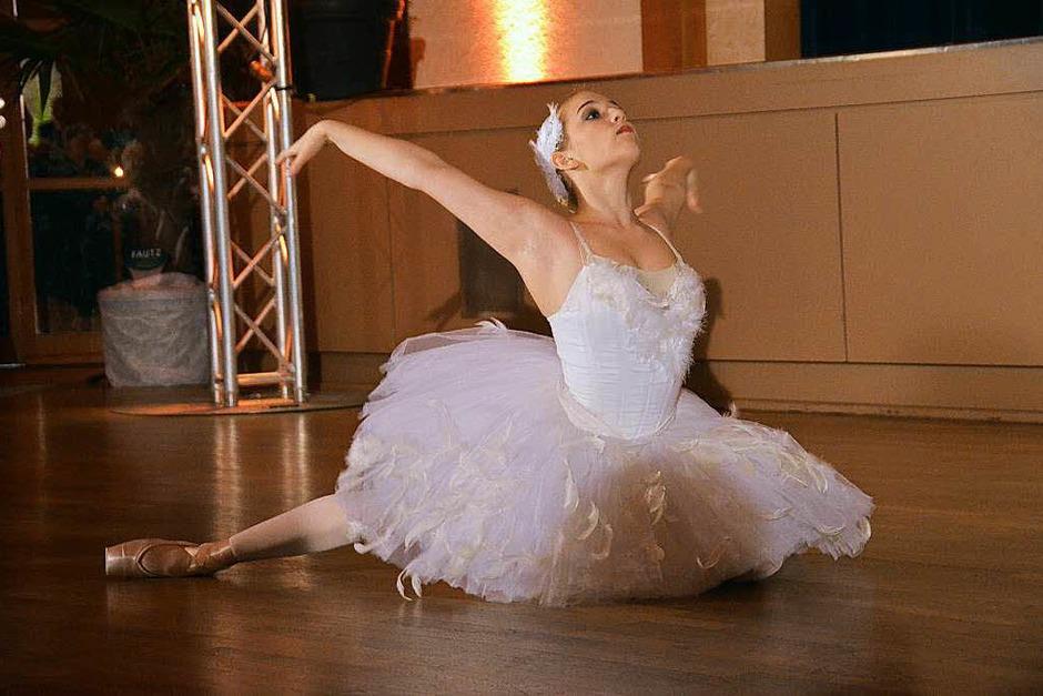 """Sarah Löffler als """"Sterbender Schwan"""" im Ballett nach Camille Saint-Saens (Foto: Hans Jürgen Kugler)"""