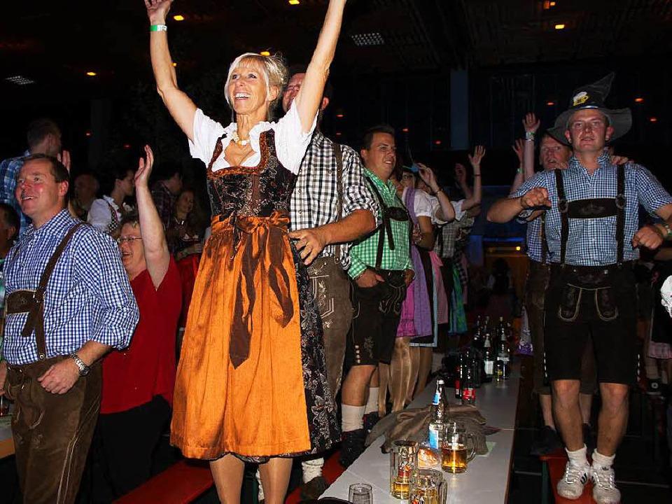 Ab geht die Party zum mitreißenden Sound von Allgäupower.  | Foto: Martha Weishaar